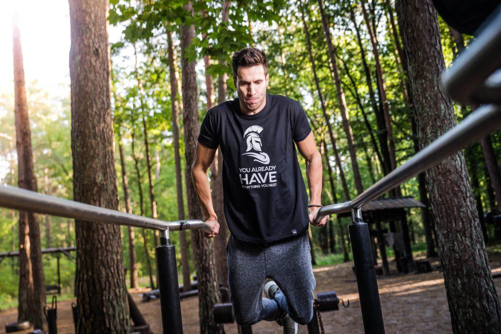 雙槓臂屈伸可以練到三頭肌以及胸肌。