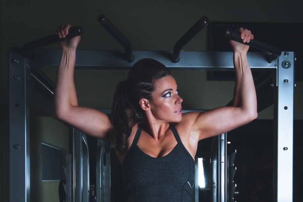 引體向上可以練到背肌以及二頭肌。